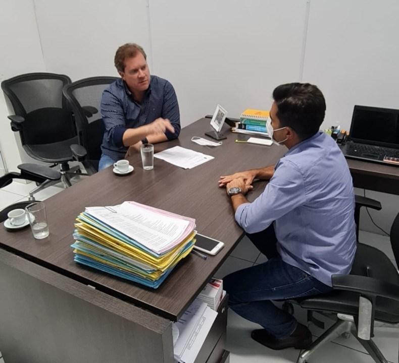 Photo of AUMENTO NÃO! Marx Beltrão vai ao Procon/AL pedir mais fiscalização contra aumento dos combustíveis; Assista!
