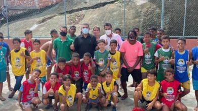 Photo of Prefeitura doa materiais esportivos para jovens e crianças das Grotas do Neno e do Estrondo
