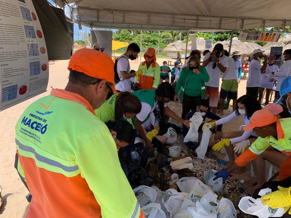 Servidores e voluntários fazem a separação dos resíduos. Foto: Ascom Sudes